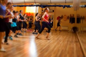 Opetan tanssia mm. turkulaisessa tanssikoulu Salsa de Cubassa.